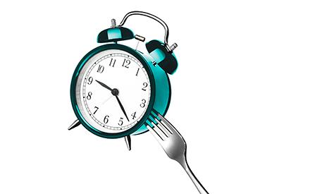 Mangiare troppo tardi la sera rovina il metabolismo e fa ingrassare
