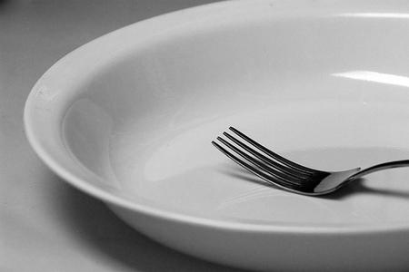 Saltare i pasti non fa dimagrire, fa male e fa ingrassare