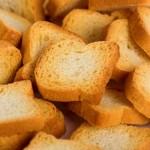 Mangiare le fette biscottate al posto del pane: un'abitudine sempre più diffusa