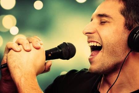 Quali cibi e bevande assumere prima di cantare?