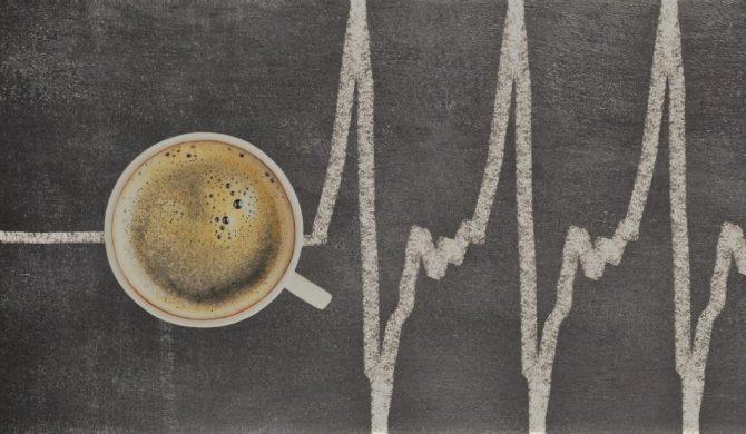 Esagerare con il caffè non causa il cancro, ma può danneggiare il cuore